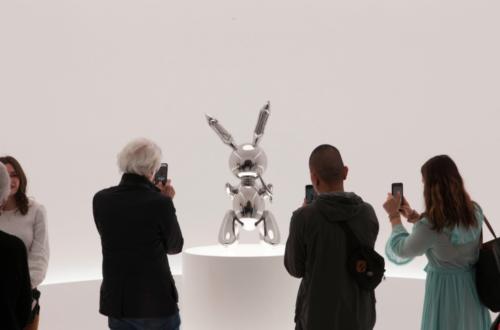 """Le """"Rabbit"""" de Jeff Koons exposé chez Christie's, le 3 mai 2019 à New York"""